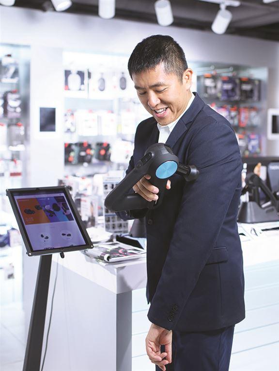 陳利說,引入按摩槍,亦是公司創新之舉。「產品也很適合我,運動後肌肉痠痛,常會用來按摩。」