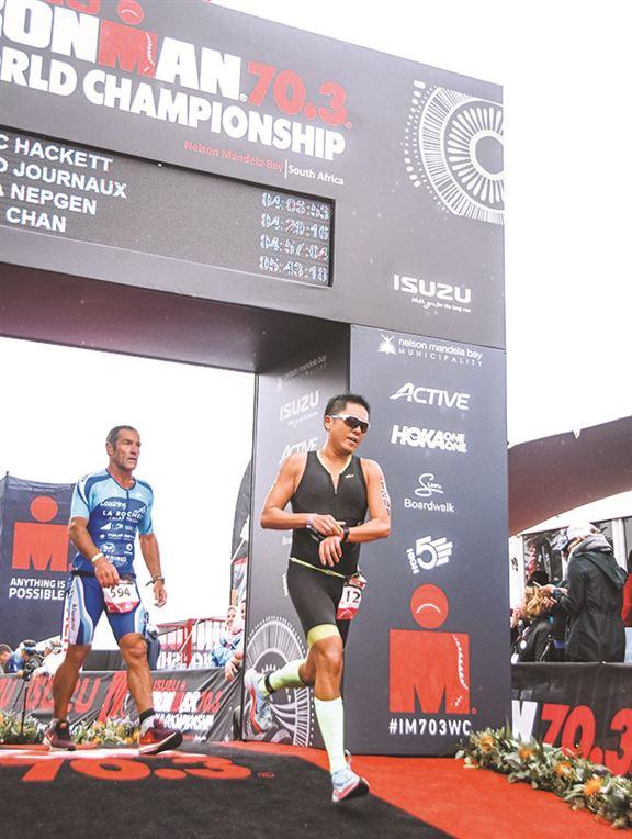 陳利曾到多國參加終極三項鐵人賽「Ironman」。「一口氣游3.8公里,再跳上單車騎180公里,約莫香港來回廣州的距離。最後再跑42公里馬拉松。」圖為前年參加南非世錦賽。