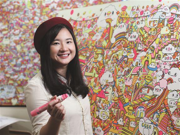 李美欣畢業於HKDI,19歲獲法國出版社Na Edition邀請參加安古蘭漫畫節,之後曾於英、美、法、德等地舉行展覽。曾獲大中華區插畫獎亞軍及日本插畫大獎Winning Work Prize,並到波蘭和芬蘭等地為大廈外牆創作大型壁畫。