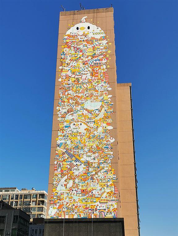 去年到深圳一個青年創業基地,為58米高外牆創作壁畫。