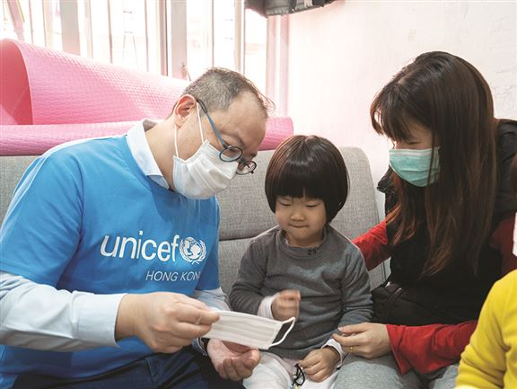 「童你抗疫」衞生行動為基層家庭派防疫物資,以及提供噴灑消毒塗層服務,並製作教育資源,加強市民對環境及家居衞生的意識。