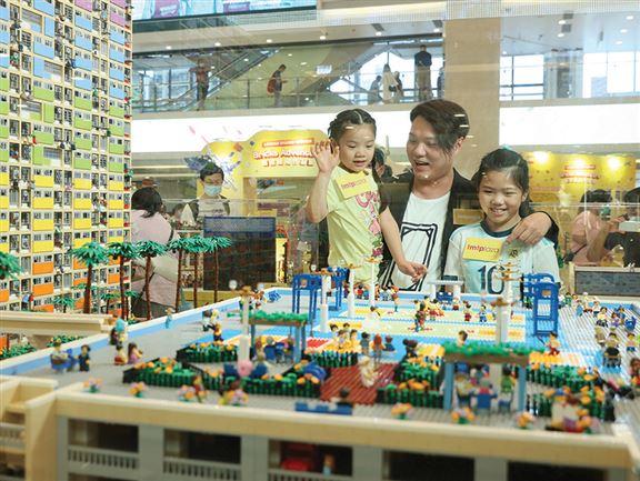 洪子健作品在屯門市廣場展出。他說,砌LEGO和踢足球是人生兩大愛好,兩女兒深得他「真傳」,幼女砌LEGO創意十足,而大女熱愛足球,還加入了球會接受青訓。