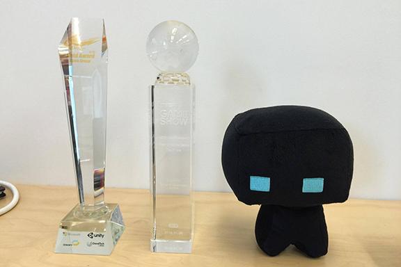 Tab說:「遊戲開發及設計最爽之處就是將完成品帶給玩家,而玩家又享受玩遊戲的樂趣,然而,大部分開發及設計的過程都是很辛苦的。」圖為他和團隊於台北國際電玩展2016的 INDIE GAME AWARD獲得「創意新秀獎第一名」。