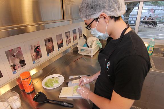 協康會設有餐飲訓練專用的廚房,牆壁貼上食品製作步驟的視覺提示,以助學員掌握流程。