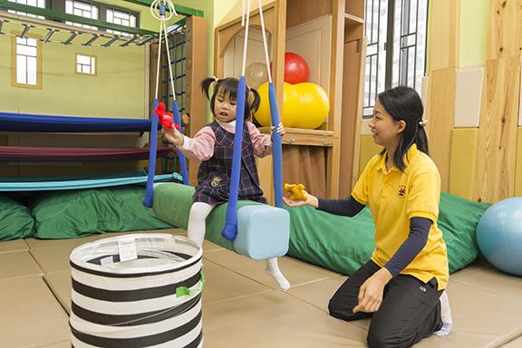 職業治療師的服務對象,包括:長者、兒童、自閉症青年、肢體傷殘的人士等。圖為職業治療師為SEN(有特殊教育需要的)幼兒作感覺統合訓練。