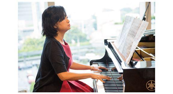 葉楊詩明愛音樂藝術,從小學習彈琴。