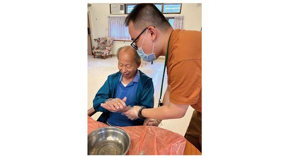 羅嘉俊與腦退化症長者一起製作壽包。