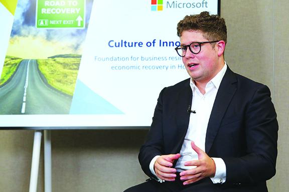 James Thompson說,採用數碼通訊軟件,也有助打破團隊之間的隔膜並實現業務數碼化。
