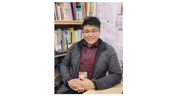蔡曉俊大學主修工商管理學,後來進修社工碩士課程而入行。「做社工,在前線見證服務能幫助有需要人士,那刻有很特別的滿足感。」
