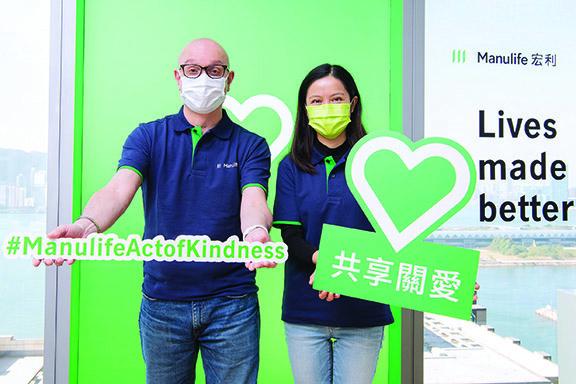 疫情令社會飽受衝擊挑戰,宏利早前以「#ManulifeActofKindness」為主題,向全球3.5萬位員工,提供每人折合50加元的慈善資助,讓他們按意願向有需要人士或機構捐款或捐贈物資。宏利旗下逾2,400名香港及澳門員工每人會於12月內收到該筆等值約320港元的慈善資助。圖為宏利香港及澳門首席行政總監戴明鈞及盧凱欣呼籲員工善用款項支援弱勢社群。