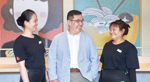 左起:店長穎姐、周永雄、店長菊姐,在店中聊天,邊笑邊說,菊姐笑得雙眼瞇成一線。