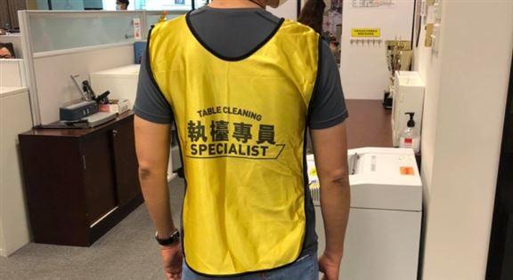 執檯專員英文職稱是「Table Cleaning Specialist」,有專屬反光衣。