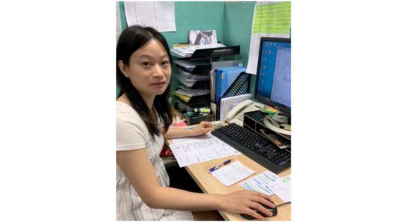 IVE房地產及物業管理高級文憑畢業生馬靖淇(Maggie)現時於物業設施管理顧問公司擔任物業管理主任。她表示,現時物業管理人員及業主立案法團代表透過網上溝通,可即時得到有關物業管理的資訊,效率大有改善。