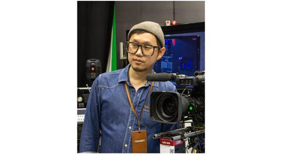 香港知專設計學院(HKDI)數碼媒體學系講師李智健(Kenlee)指,「虛擬製作」在行業越趨普及。透過XR設計軟件,結合拍攝工作所需的背景、特別效果的設定及燈光效果,一併輸出至LED背景板上,使演員猶如置身真實場景。