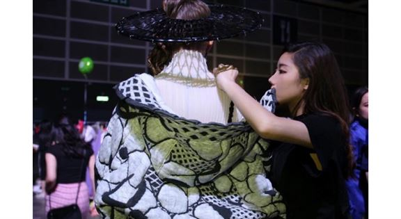 HKDI時裝設計高級文憑畢業生李淑文(Christy)現時於針織服裝公司擔任3D技術設計師,她認為,若時裝設計師具備出色的3D電腦繪圖技術,其設計將更容易獲客戶青睞。
